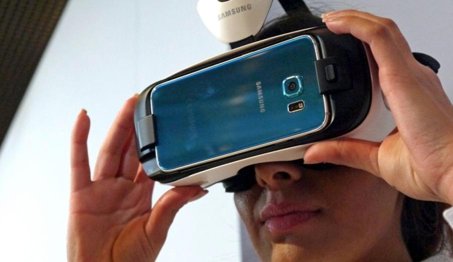 Framtiden för casino ligger i virtuell verklighet och VR-glasögon. Här ser du en man testa Samsung VR Gear (Källa: http://cdn.mos.techradar.com/art/mobile_phones/Samsung/Gear%20VR%20S6%20hands%20on/Gear%20VR%20S6%20review%20(5)-970-80.JPG